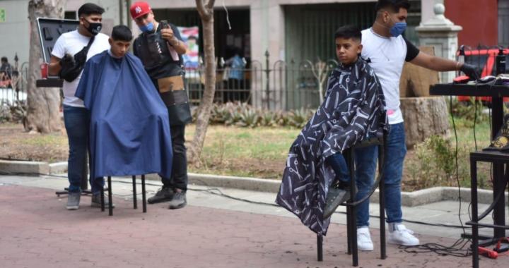 Con sana distancia y altruismo, donan cortes de cabello en solidaridad
