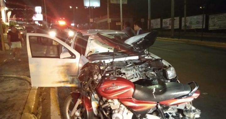En accidente vial, avientan a motociclistas